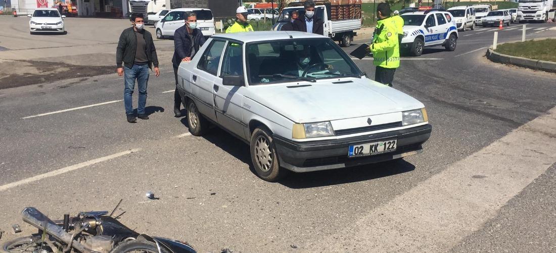 Otomobil ile motosiklet çarpıştı: 2 yaralı-Videolu Haber